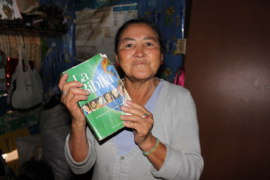 Eldre colombiansk dame viser frem sin bibel