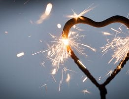 Hjerteformet stjerneskudd med gnister
