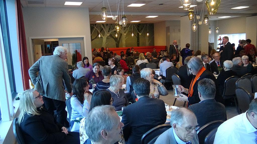 Kafeen i misjonskirka full av folk