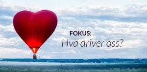Hjerteformet luftballong svever over landskap. Tekst på bildet: Fokus: Hva driver oss?
