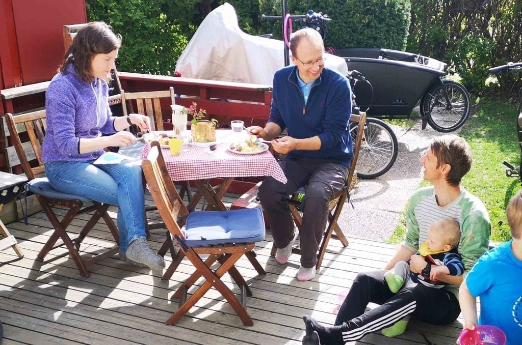 Folk fra Groruddalen misjonskirke spiser sammen før familiesamling i hjemmet