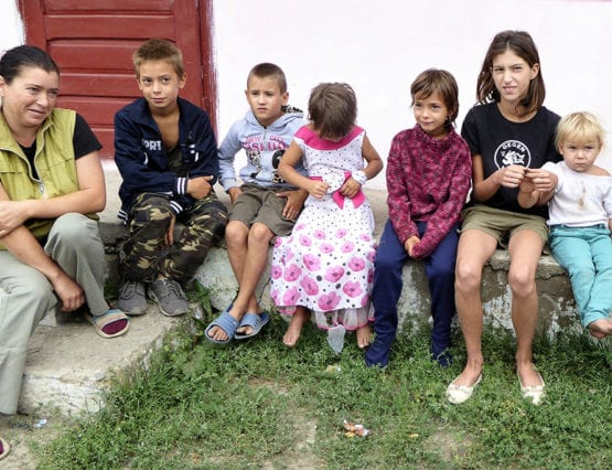 Familie på 8 som får støtte fra skoleprosjektet