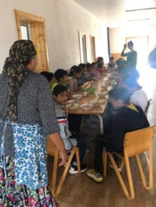 Barn får servert mat i Clincu
