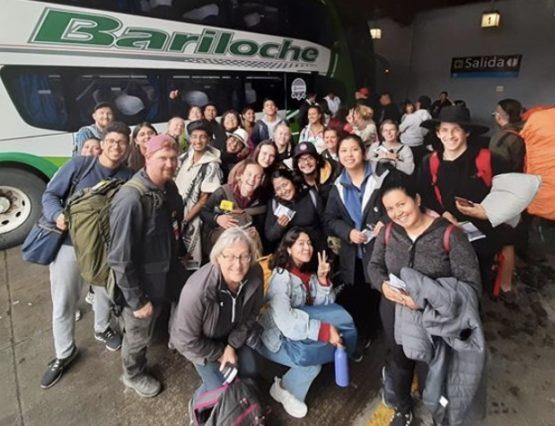 Gruppebilde foran buss i Chile