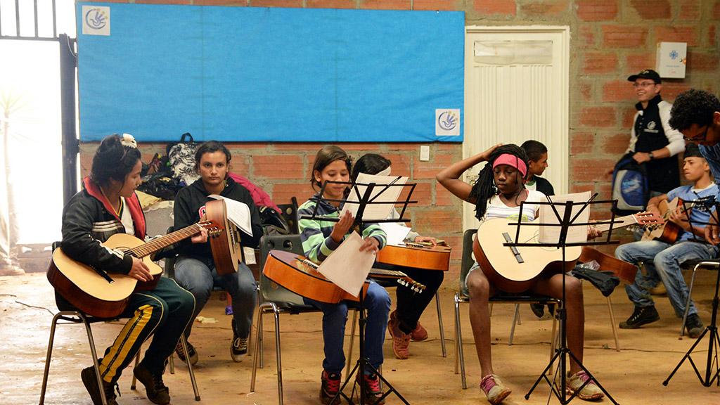 Barn øver på gitar i Medellin