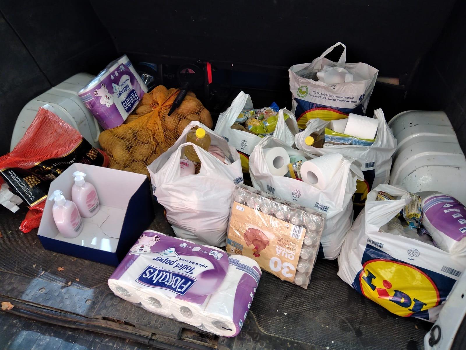 Poser med mat i bagasjerom
