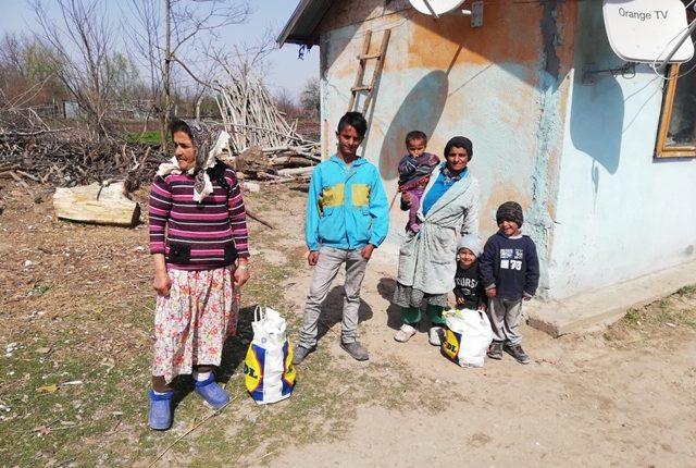 familie som har fått mat, i romlandsby