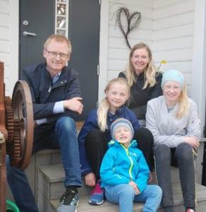 Familien Drangsholt på trappa utenfor husdøra