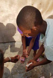Barn vasker hendene i Ngamba Kongo