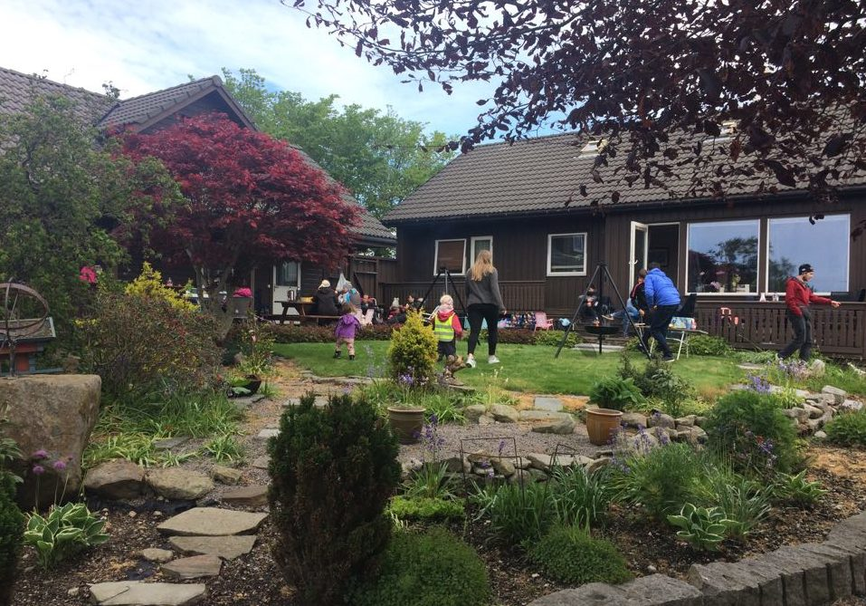 Familiesamling i hage i Varhaug