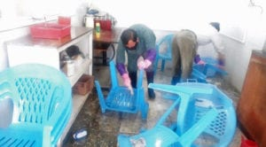 Vask av plaststoler i Afghanistan