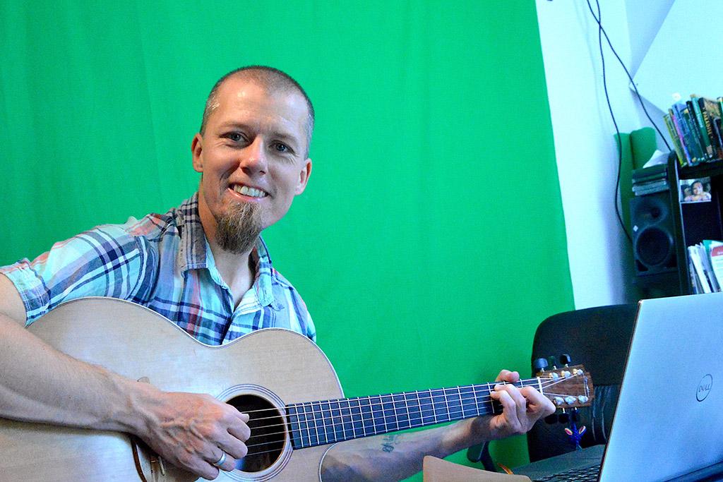 Foto av Chris Duwe med gitaren.