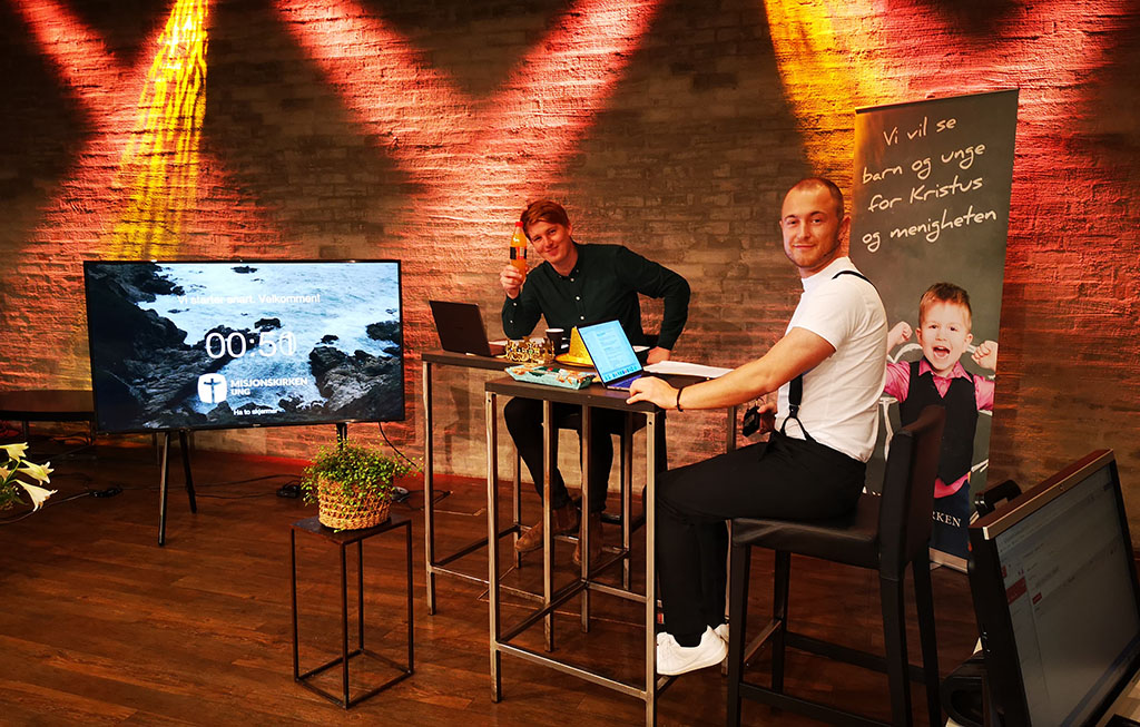 Ordstyrere Daniel Brendeland og Mads Sveindal Mooij på scene i OMB