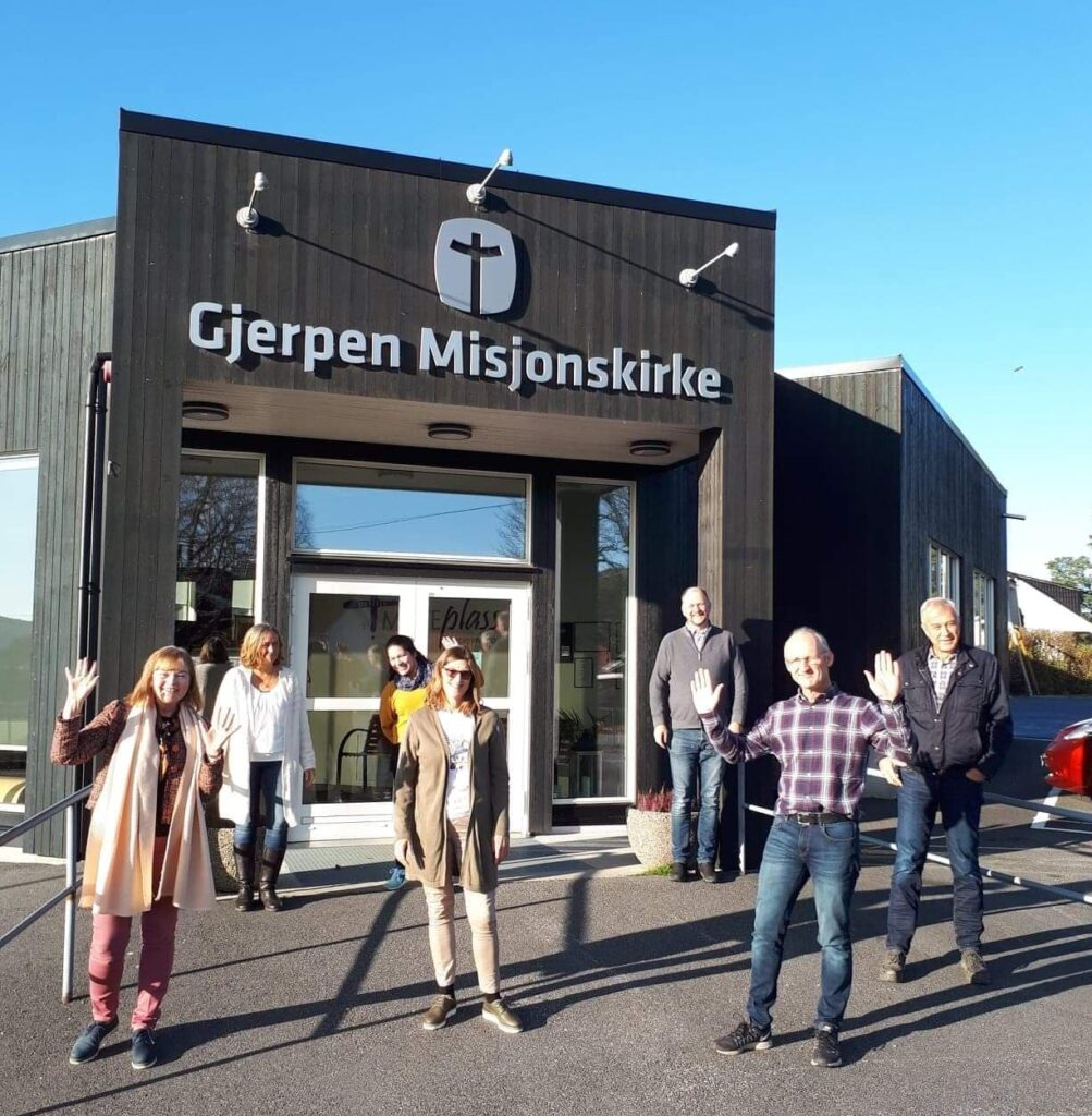 Deltakere samlet utenfor Gjerpen misjonskirke