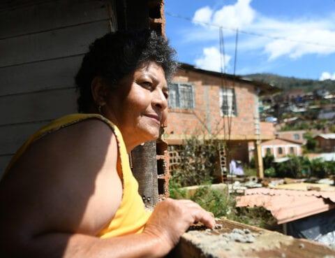Amparo Bairo kikker ut av vinduet sitt i Granizal