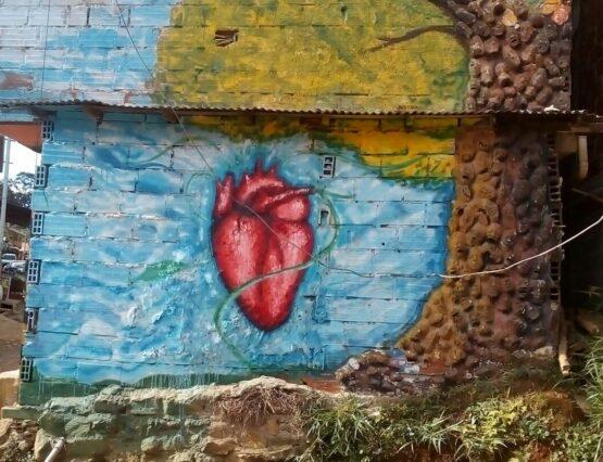 Hjerte malt på turkis vegg i Colombia