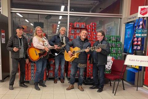 Håkon Fagervik med team, med gitarer ved Frelsesarmeens julegryte på Prix butikk