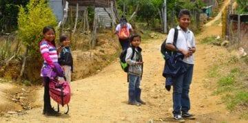 Barn på skoleveien i Granizal