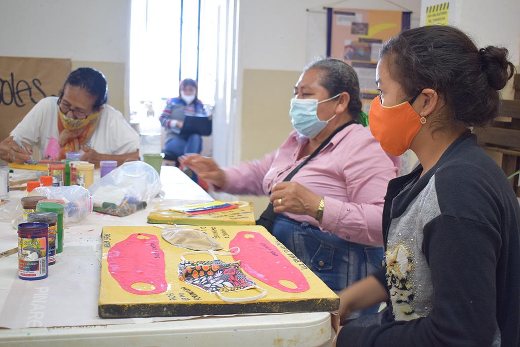 Kvinner lager kunst på bydelshuset