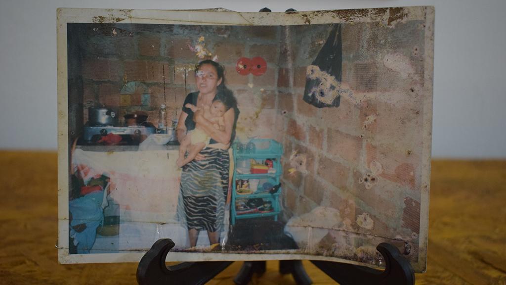 Et slitt foto av en kvinne og et barn, fra minnehjørnet
