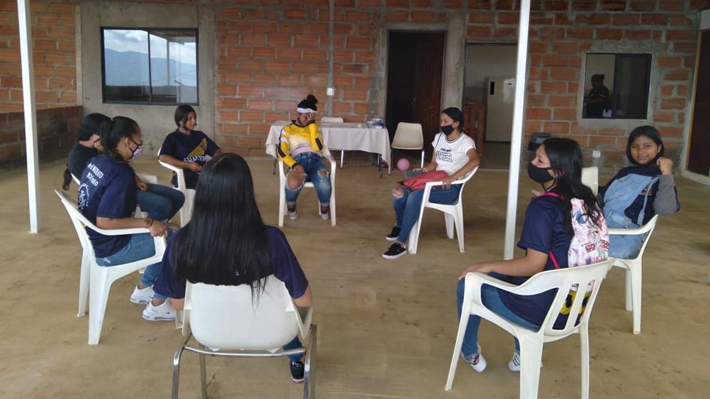 Jenter samlet i gruppe ved bydelshuset