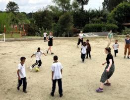 Barn og Ansgar-elever spiller fotball på fredens hus