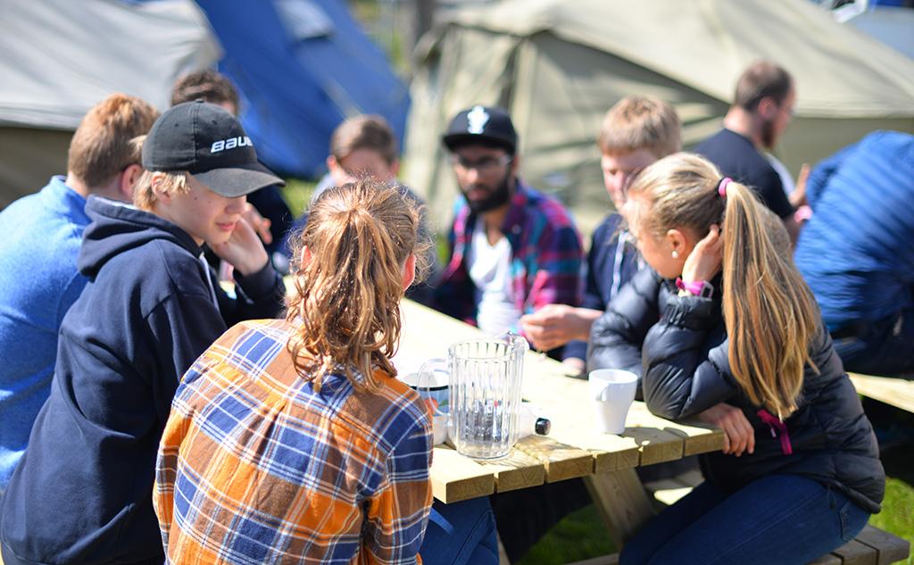 Ungdom rundt bord ute Liv og vekst i nord
