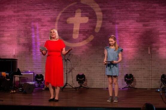 Foto av Margot og Sigrund i Oslo misjonskirke, pinsegudstjeneste.