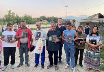 Cornel med menn fra landsbyen som har fått bibler